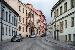 VILNIUS, LITOUWEN - JUNI 26, 2018: Het District van Vilniusuzupis en Unieke Architectuur Straat met Voertuigen royalty-vrije stock afbeeldingen