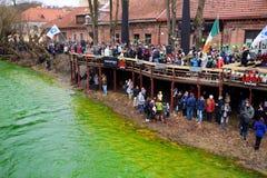 VILNIUS, LITOUWEN - MAART 18, 2017: Honderden mensen die van festiviteiten genieten en St Patrick ` s dag in Vilnius vieren Stock Afbeelding
