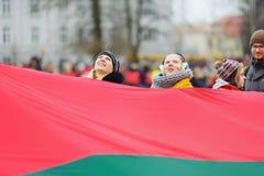 VILNIUS, LITOUWEN - MAART 11, 2017: Mensen die aan feestelijke gebeurtenissen als Litouwen deelnemen duidelijk de 27ste verjaarda Stock Fotografie