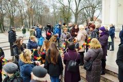 VILNIUS, LITOUWEN - MAART 11, 2017: Mensen die aan feestelijke gebeurtenissen als Litouwen deelnemen duidelijk de 27ste verjaarda Royalty-vrije Stock Fotografie