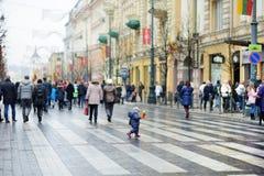 VILNIUS, LITOUWEN - MAART 11, 2017: Mensen die aan feestelijke gebeurtenissen als Litouwen deelnemen duidelijk de 27ste verjaarda Stock Afbeeldingen