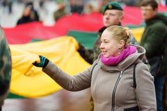 VILNIUS, LITOUWEN - MAART 11, 2017: Mensen die aan feestelijke gebeurtenissen als Litouwen deelnemen duidelijk de 27ste verjaarda Stock Foto's