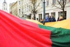VILNIUS, LITOUWEN - MAART 11, 2017: Mensen die aan feestelijke gebeurtenissen als Litouwen deelnemen duidelijk de 27ste verjaarda Royalty-vrije Stock Afbeeldingen