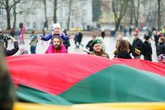 VILNIUS, LITOUWEN - MAART 11, 2017: Mensen die aan feestelijke gebeurtenissen als Litouwen deelnemen duidelijk de 27ste verjaarda Royalty-vrije Stock Foto