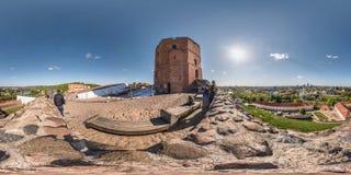 VILNIUS, LITOUWEN - MAG, 2019: Volledig sferisch naadloos panorama 360 van de hoekgraden mening van Gediminas-Toren op heuvel in  stock foto's