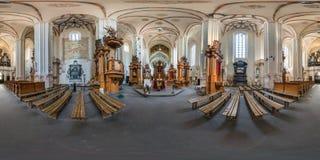 VILNIUS, LITOUWEN - MEI 2019: Volledig sferisch naadloos hdripanorama 360 graden hoek binnen binnenland van oude gotische katholi royalty-vrije stock foto