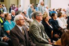 Vilnius, Litouwen Mensenparochianen in Kathedraalbasiliek van Heiligen Stanislaus en Vladislaus tijdens viering van Royalty-vrije Stock Foto's