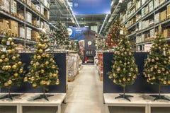 Vilnius, Litouwen - November 06, 2018: Nieuwe inzameling van Kerstmisdecoratie huidig in Ikea-opslag in Vilnius stock foto's