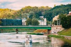 Vilnius Litouwen Witte Plezierboot met Passagiers Floation stock afbeelding