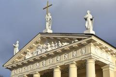 VILNIUS, LITUÂNIA: A catedral em detalhes mostrando quadrados da catedral de esculturas no frontão imagem de stock