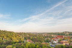 VILNIUS, LITUÂNIA - 26 de abril de 2014: Paisagem da cidade de Vilnius da torre do castelo imagens de stock royalty free