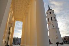 VILNIUS, LITUÂNIA - 29 DE DEZEMBRO DE 2016: As colunas na entrada da catedral e da torre de sino fotos de stock royalty free