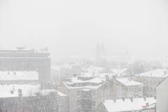 VILNIUS, LITUÂNIA - 24 de dezembro de 2012: Dia nevado em Vilnius, Lituânia Fotos de Stock Royalty Free