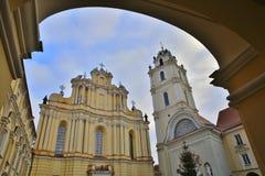VILNIUS, LITUÂNIA - 29 DE DEZEMBRO DE 2016: Igreja do ` de St Johns e a torre de Bell fotos de stock royalty free