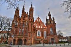 VILNIUS, LITUÂNIA - 29 DE DEZEMBRO DE 2016: Igreja e Bernardine Church do ` s de St Anne imagens de stock royalty free