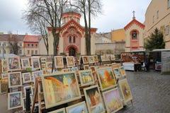 VILNIUS, LITUÂNIA - 30 DE DEZEMBRO DE 2016: Igreja ortodoxa do St Paraskeve com pinturas no primeiro plano fotografia de stock