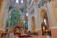 VILNIUS, LITUÂNIA - 30 DE DEZEMBRO DE 2016: Interior da igreja ortodoxa do Espírito Santo imagens de stock