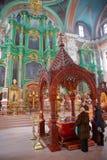 VILNIUS, LITUÂNIA - 30 DE DEZEMBRO DE 2016: Interior da igreja ortodoxa do Espírito Santo imagem de stock