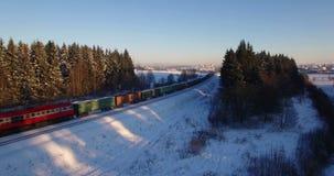 VILNIUS, LITUÂNIA - 15 DE DEZEMBRO: Tiro de fechamento aéreo do zangão do trem da carga no distrito de Pavilnys o 15 de dezembro  vídeos de arquivo