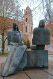 VILNIUS, LITUÂNIA - 2 DE JANEIRO DE 2017: Estátuas de Sofija Psibiliauskiene e de Marija Lastauskiene na rua de Karmelitu fotografia de stock