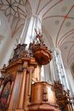 VILNIUS, LITUÂNIA - 2 DE JANEIRO DE 2017: O interior de Bernardine Church com estátuas de madeira foto de stock royalty free