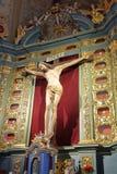 VILNIUS, LITUÂNIA - 2 DE JANEIRO DE 2017: O interior de Bernardine Church com Jesus Christ Cross imagens de stock