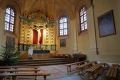 VILNIUS, LITUÂNIA - 2 DE JANEIRO DE 2017: O interior de Bernardine Church com Jesus Christ Cross fotografia de stock