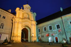 VILNIUS, LITUÂNIA - 2 DE JANEIRO DE 2017: Porta de Basilian na noite imagens de stock royalty free