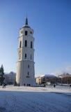 Vilnius, Lituânia - 4 de janeiro de 2016: Torre da torre de sino de um Vilnius fotos de stock