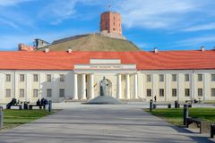 Vilnius, Lituânia - 29 de março de 2019: Vista à cidade de Vilnius com o Museu Nacional da torre de Lituânia e de Gediminas imagem de stock royalty free