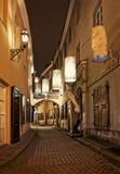 Vilnius, Lituânia - 7 de novembro de 2017: Opinião da noite da cidade velha em Vilnius o 7 de novembro de 2017 Rua velha na cidad Imagens de Stock