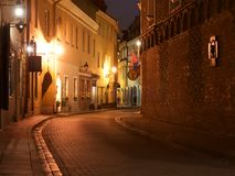 Vilnius, Lituânia - 7 de novembro de 2017: Opinião da noite da cidade velha em Vilnius o 7 de novembro de 2017 Cidade velha de Vi Imagem de Stock