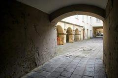 Vilnius, Lituânia - 5 de novembro de 2017: Pátio acolhedor interno de um prédio de apartamentos Fotografia de Stock Royalty Free