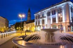 Vilnius Lituânia Gray Marble Fountain, jatos de água no quadrado iluminado de Rotuses Fotos de Stock