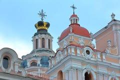 VILNIUS, LITUÂNIA: Igreja do ` s do St Casimiro com seu estilo barroco colorido imagem de stock royalty free
