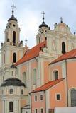 VILNIUS, LITUÂNIA: Igreja do ` s do St Catherine com seu estilo barroco colorido imagens de stock