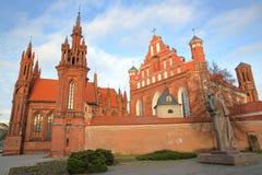 VILNIUS, LITUÂNIA: Igreja e Bernardine Church do ` s de St Anne imagens de stock royalty free