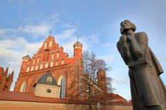 VILNIUS, LITUÂNIA: Igreja e Bernardine Church do ` s de St Anne fotos de stock royalty free