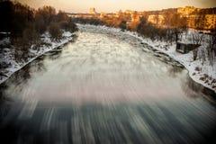 VILNIUS, LITUÂNIA - JAUNUARY 18, 2014: Rio Neris e dia de inverno frio com gelo na água e na neve Exposição longa Fotografia de Stock