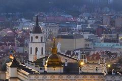 Vilnius Lituânia, palácio de duque grande, catedral, torre de sino e panorama velho da cidade fotos de stock