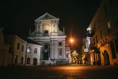 Vilnius, Lituânia: a porta da igreja de St Teresa do alvorecer, um de seus monumentos históricos, culturais e religiosos mais imp fotografia de stock royalty free