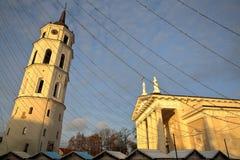VILNIUS, LITUÂNIA: A torre de pulso de disparo da catedral da torre de sino e a catedral no quadrado da catedral fotografia de stock