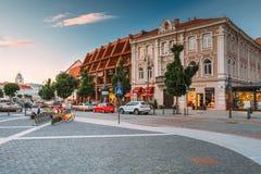 Vilnius Lituânia Vista da rua de Didzioji, Showplace antigo na cidade velha com café exterior imagem de stock royalty free