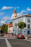 VILNIUS, LITUÂNIA - 15 DE AGOSTO DE 2016: Quadrado do rotuse de Vilniaus da câmara municipal em Vilnius, Lithuani fotografia de stock royalty free
