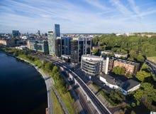 VILNIUS, LITUÂNIA - 6 DE AGOSTO DE 2018: Triângulo do negócio de Vilnius com rio Neris In Foreground imagens de stock