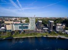 VILNIUS, LITUÂNIA - 6 DE AGOSTO DE 2018: Triângulo do negócio de Vilnius com rio Neris In Foreground foto de stock royalty free