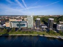 VILNIUS, LITUÂNIA - 6 DE AGOSTO DE 2018: Triângulo do negócio de Vilnius com rio Neris In Foreground fotos de stock royalty free