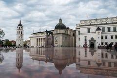 VILNIUS, LITUÂNIA - 5 DE JULHO DE 2018: Quadrado da catedral de Vilnius com torre de Bell, catedral e o palácio dos duques grande foto de stock