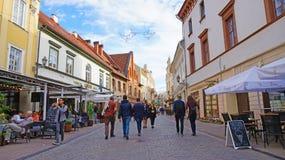 VILNIUS, LITUÂNIA - 7 DE JUNHO DE 2018: os povos vão ao longo da rua em velho fotos de stock royalty free
