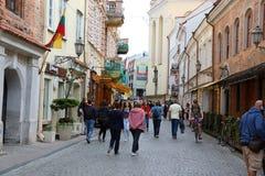 VILNIUS, LITUÂNIA - 7 DE JUNHO DE 2018: os povos vão ao longo da rua na cidade velha, Vilnius, Lituânia fotografia de stock royalty free